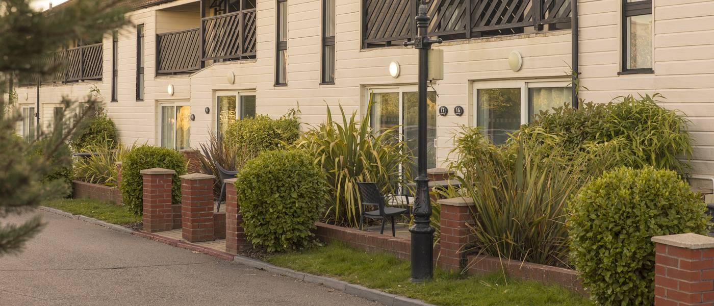 {16075} Bognor regis deluxe suites exterior.jpg