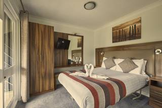 {16078} Bognor Regis deluxe suite double bedroom.jpg