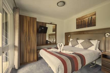 {16078} Bognor Regis deluxe suite double bedroom.jpg