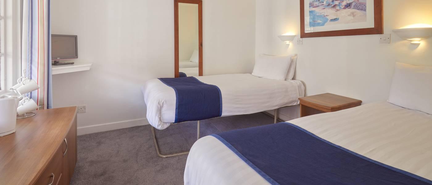 {15969} Silver Room Bognor Regis twin bedroom.jpg