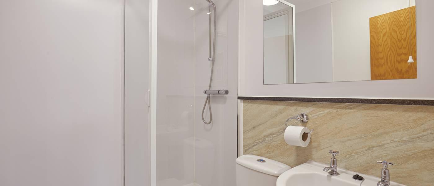 {15988} Silver bungalow Minehead bathroom.jpg