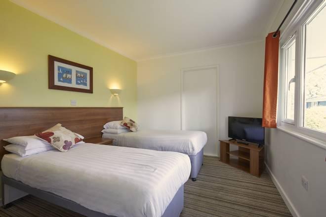 {15991} Silver Rooms Minehead twin bedroom.jpg
