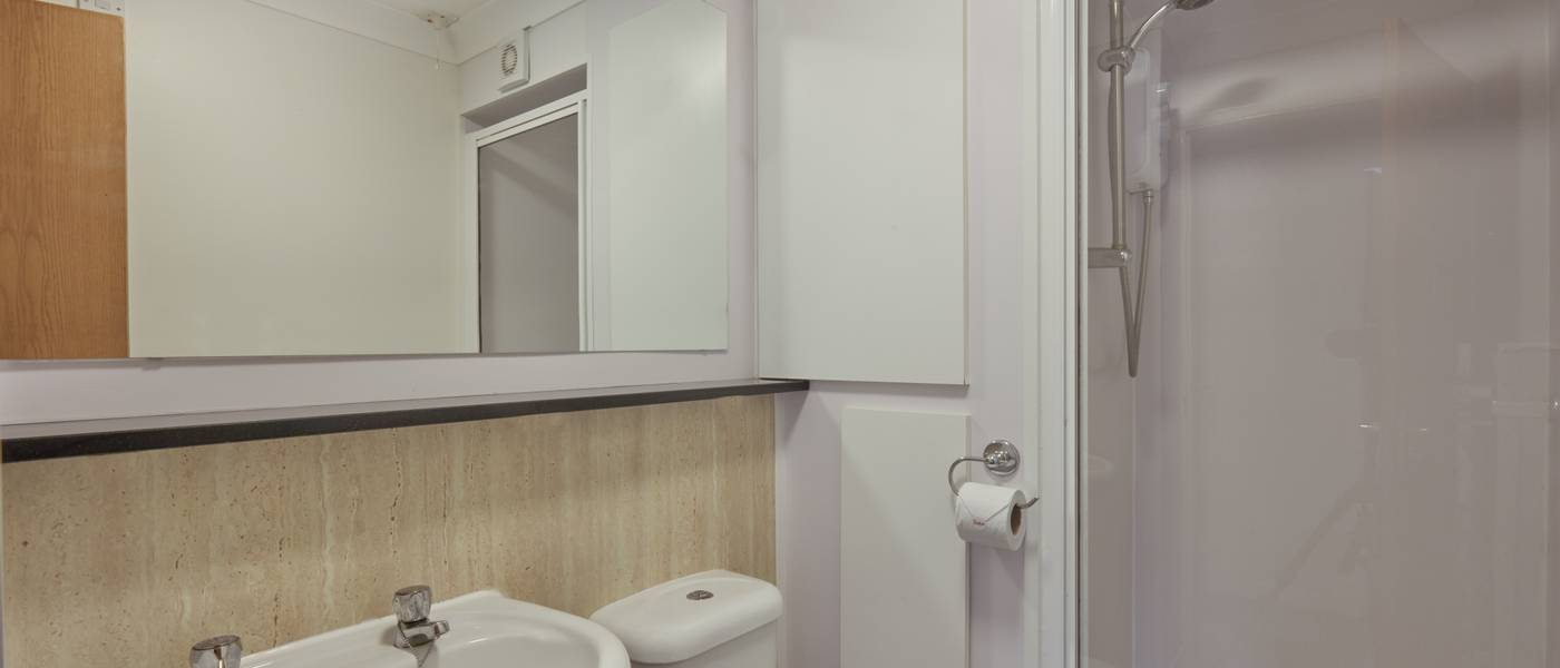 {15997} Minehead Silver apartments bathroom.jpg