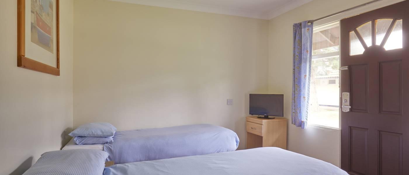 {16002} Minehead standard room twin bedroom.jpg