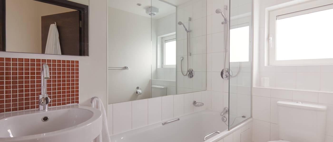 {16007} Bayside Apartments Minehead bathroom.jpg