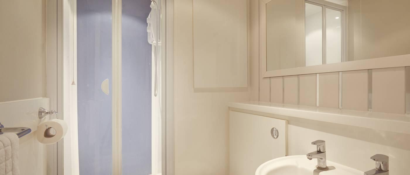 {16024} Standard apartment Skegness bathroom.jpg