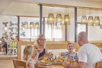 {16065} The Beachcomber Inn Minehead family dining.jpg