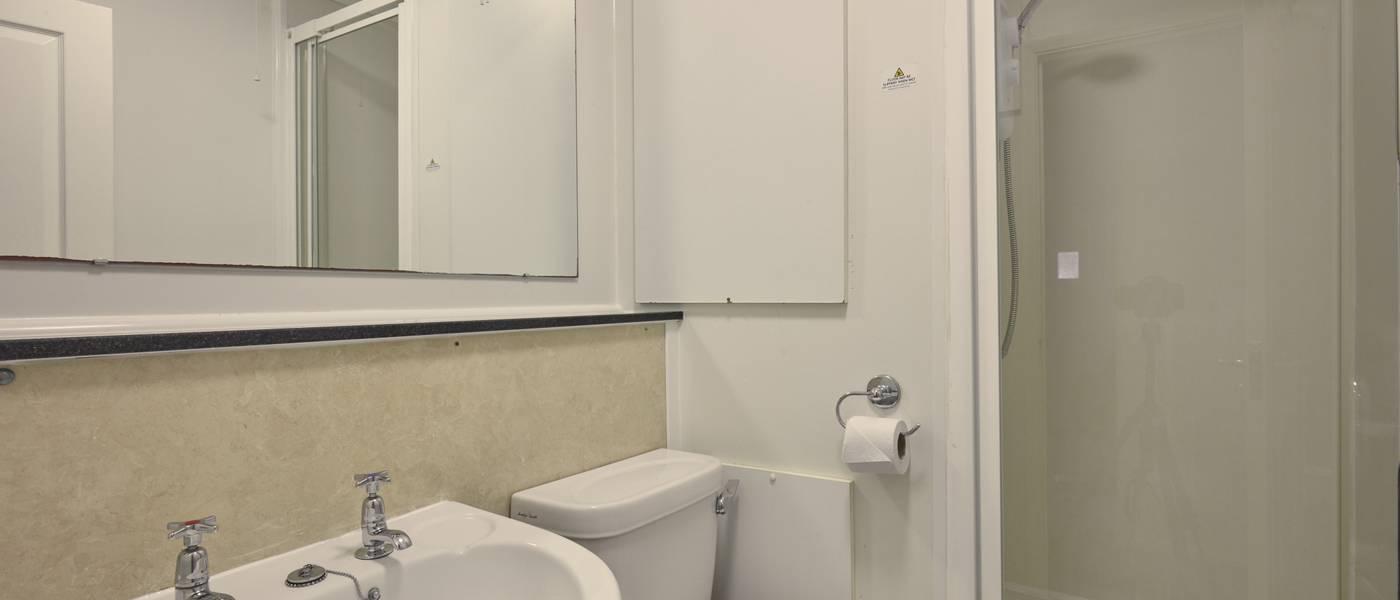 {16086} Minehead standard apartment bathroom.jpg
