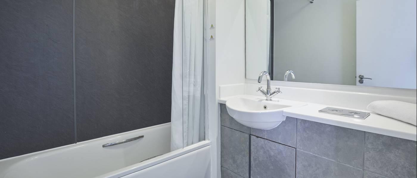 {16079} Bognor Regis Deluxe Suite bathroom.jpg